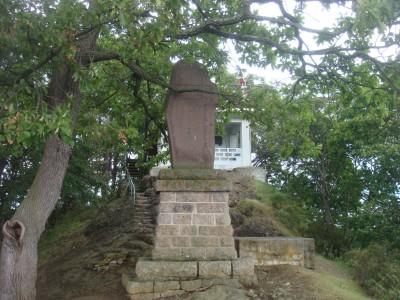 頂上の碑と展望台