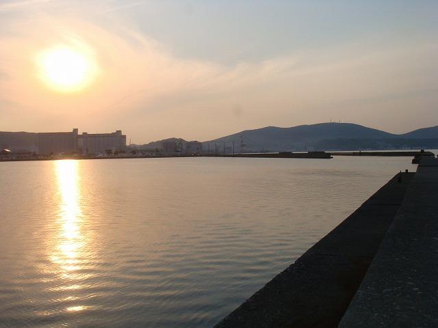 防波堤と夕日