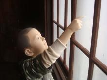やったな〜、窓に落書き!