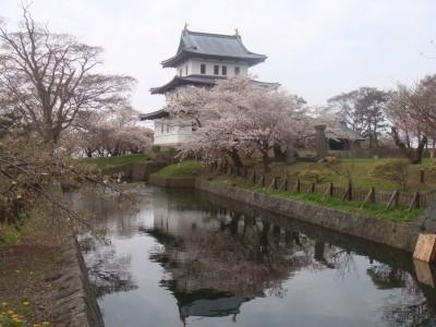 お堀に写る城がキレイ
